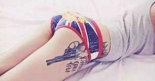 不过把手枪纹在身上是没有关系的,手枪纹身的寓意就是有自我防范功能图片