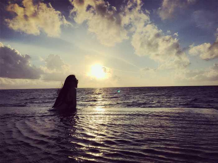 隐藏的才女!张馨予海边画画文艺十足