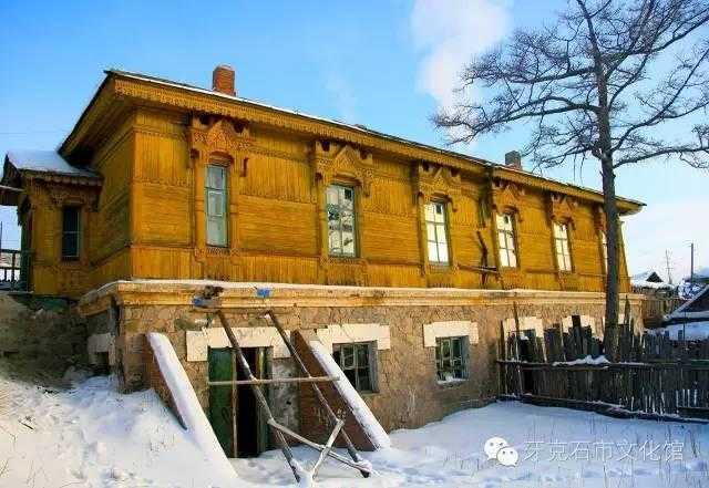 上层部分为俄罗斯古典木结构建筑,人字木屋架,坡屋顶,铁皮屋面,内部