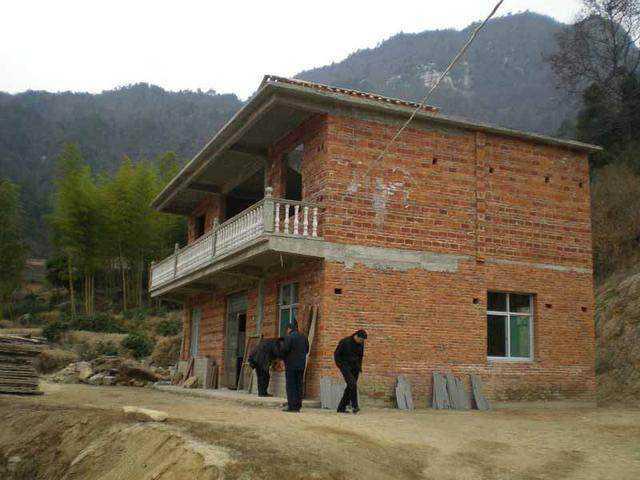 还有这种框架结构房屋再贴砖,需要大量人工,额外增加成本不说,掉了补