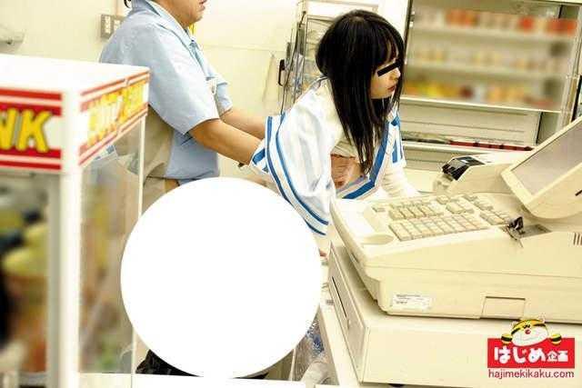 企鹅娘吐槽:收银员没穿胖次?日本av竟然在便利店拍摄!