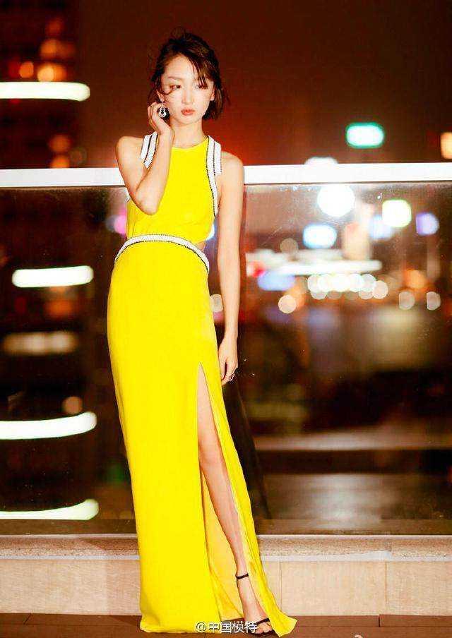 杨幂黄色照_杨幂和周冬雨同穿黄色裙子,一个没气质一个清新灵动