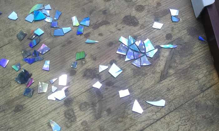 破旧餐桌跟没用的光碟加工,桌变化艺术家都抓狂图片