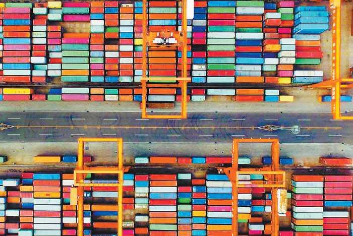 一个色集_众多不同颜色的集装箱整齐堆积在一起,犹如一个个彩色糖果盒