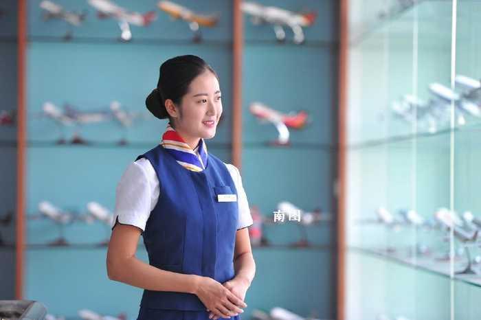 每天,她都按照空姐的标准来严格要求自己,朝着梦想进发.