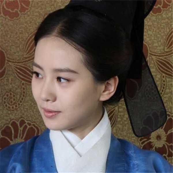 《女医明妃传》里大多数时候也是梳这种中分贴头皮的发型,这个发型从图片