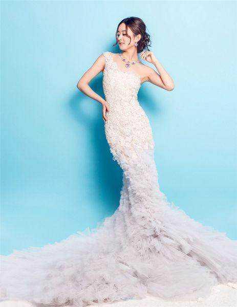 赵丽颖唯美婚纱写真,单肩婚纱礼服上满满的花朵设计显得十分美丽