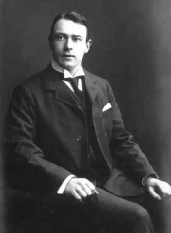 托马斯·安德鲁斯负责起草了泰坦尼克号的设计,结果自己也跟船一起图片