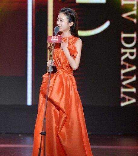 赵丽颖这条裙子是可爱风,小骨穿上这个十分符合她可爱的气质.