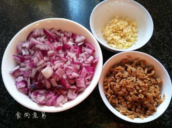 1.洋葱去皮切丁,萝卜洗净拍碎,蒜瓣干v洋葱软后切丁土店名猪肉图片