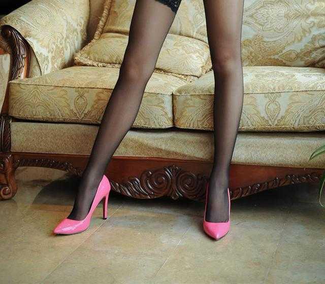 不同的美感搭配提升颜色,美女漂亮的高跟鞋也是丝袜私酒店拍美女图片