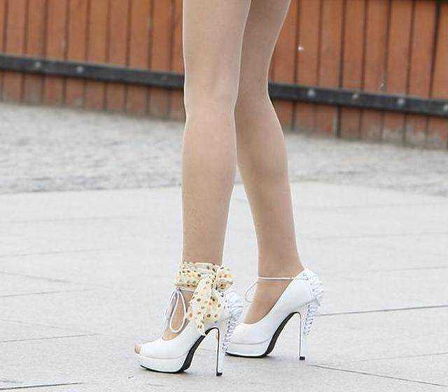 高跟鞋丝袜美女�9��_时尚 文章详情  时尚美女爱高跟鞋 哪双鞋子与肉色的丝袜更佳搭配呢