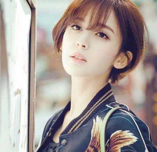 娜扎在电视剧中的空气刘海短发造型非常有女人味,也吸引了不少粉色