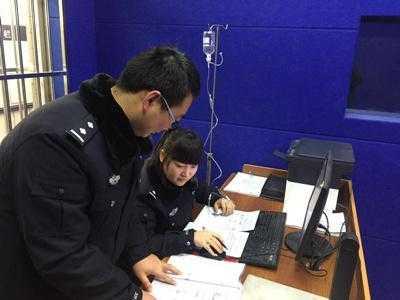 陕西一女警察打吊瓶工作照被疑摆拍,回应:同事拍的,没