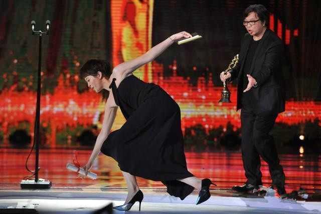 梁咏琪上台颁奖不慎摔倒 看这姿势就知道摔得不轻
