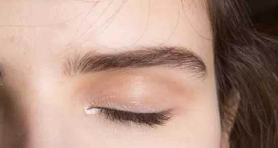 step4:下眼睑处的白色眼线从眼头延伸至眼尾,在放大双眼的同时,让
