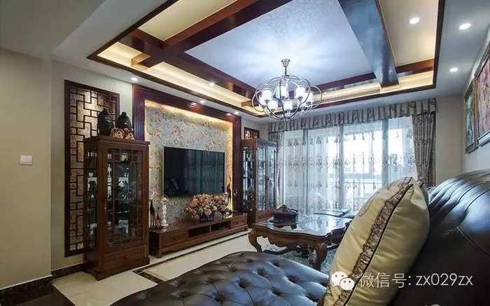 电视墙镂空花格,中间木质边框贴壁纸,灯带点缀,两边收纳柜对称放置图片