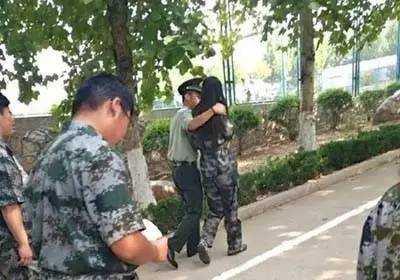 近日,青岛理工大学临沂费县校区军训教官被曝向大一女生公开表白,校方
