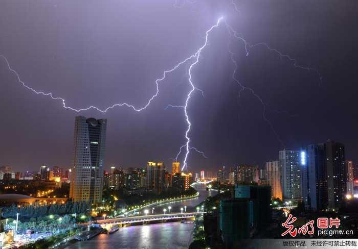 新疆库尔勒地区出现雷雨天气,雷雨时在库尔勒市,轮台县,博湖县等地还