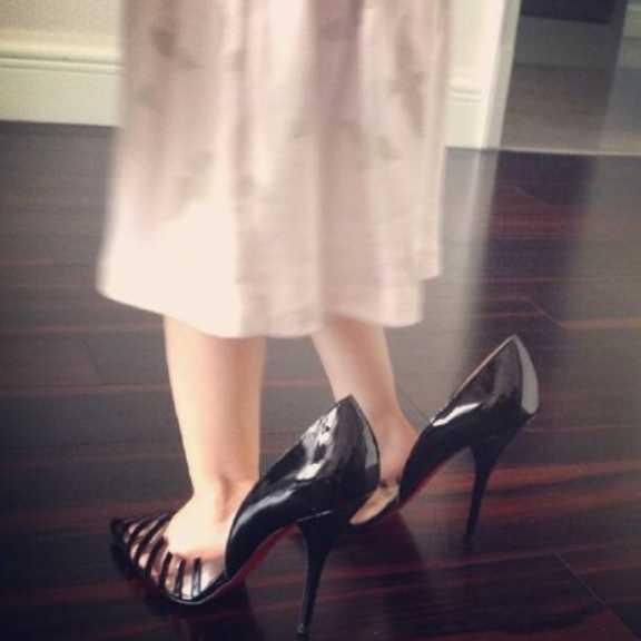 偷玩妈妈_奥莉偷穿妈妈的高跟鞋,网友却只注意到安琪的脚真大!