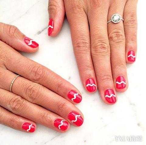 小编点评:半透明美甲是今年流行的元素,不要整个指甲都涂抹上红色