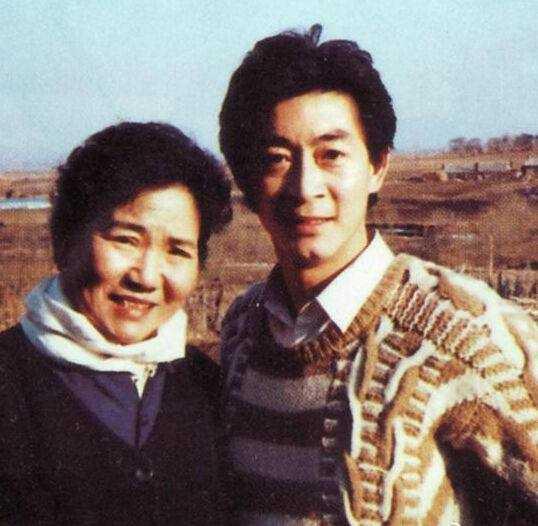 六小龄童特意发微博悼念赵丽蓉,还配上了当年的合影照片.