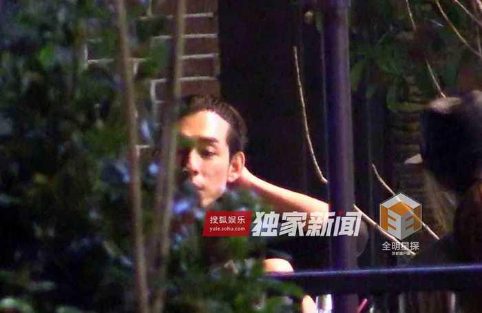 小刘欢超级搞笑小品_独家:吹风聊天饮咖啡 小刘欢深夜会友享悠闲