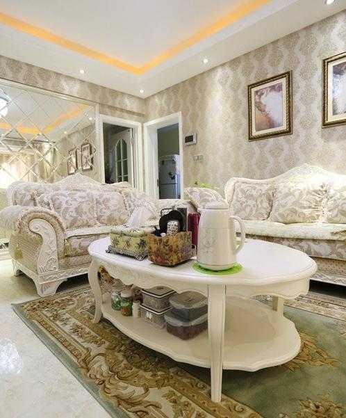 客厅,波斯花纹地毯,欧式沙发,椭圆形的白色茶几;墙面是贴的墙布,花纹