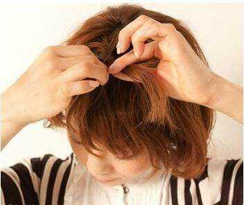 第四步:在其中选取一股发丝,按照三股辫的编发方式,开始编发.图片