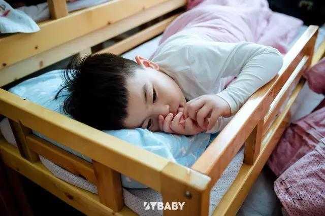 一不留神,妈妈偷跑了,看不到妈妈的宝宝大哭起来。又到一年开学季,对于?#20999;?#21021;入学的小朋友们这几天的感受一定是特别的,而这期间,最紧张的还要是?#20999;?#23478;长们了,他们想要时时都知晓孩子的状态,也担心孩子在面对陌生环境时的各种不?#35270;Α? 这样的状况在?#20999;?#31532;一天上幼儿园的家长们身上会得到更多的体?#37073;?#23588;其是妈妈们,她们心中会有一万个问题和担心,孩子的第一次独立,在自己无法陪伴的时间里,究竟会发生怎样的故事。  早上宝贝还在哭吗?找不到妈妈,他会怎么办?老师有没有在安慰他?  在这些父母看不到孩子的时光里,有多