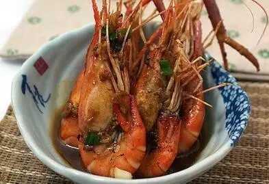虾头是头,胸,甲三合一部位,其胃,肝等内脏集中分布在这里,剥开虾壳后