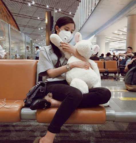 搜狐娱乐讯 23日,欧阳娜娜晒出一张自己在机场抱着玩偶的照片,但t恤图片