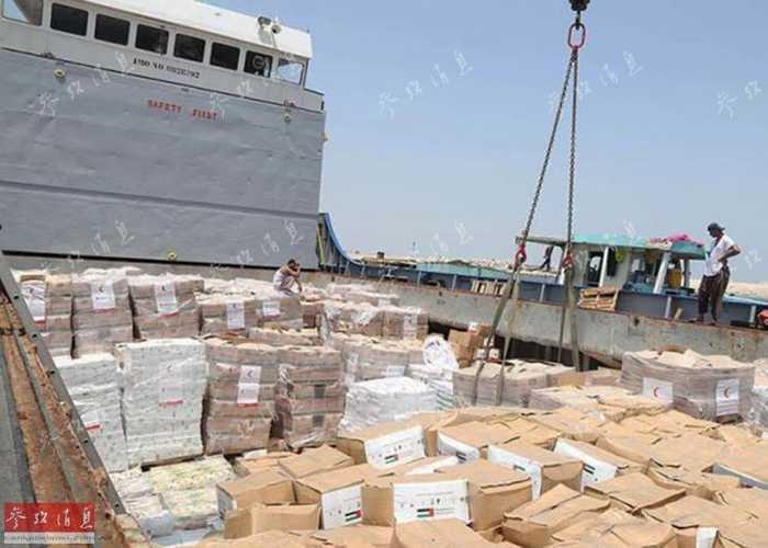 图为阿联酋向也门运送的4000吨食品吊运上船.