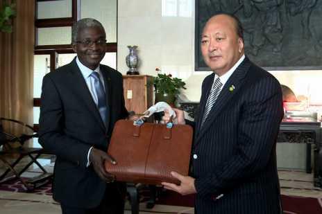李金元董事长向大使先生赠送礼品