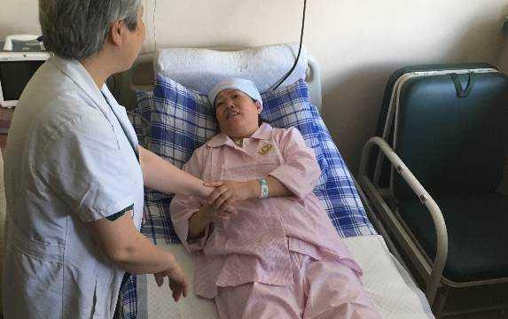 女儿巴厘岛拍婚纱照溺海身亡,如今52岁母亲生下龙凤胎