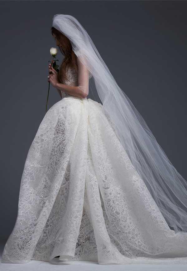 更有低调优雅的水晶钉珠细节,vera wang 本人说婚纱用上解构主义设计图片