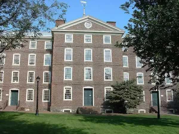 布朗大学(brown university)位于美国罗德岛州普罗维登斯市,是全美第