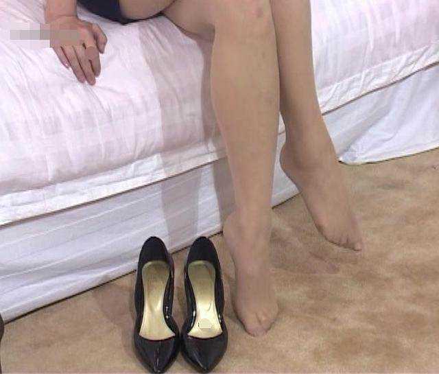 美女美女高跟鞋时尚真实胸露图片