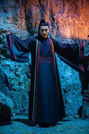 被兽神之血反噬遁入魔道,幸而偶遇魔教圣使青龙出手震压住他的兽性.