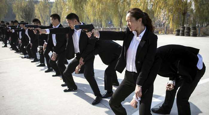 女保鏢正在和男保鏢一起訓練.圖片