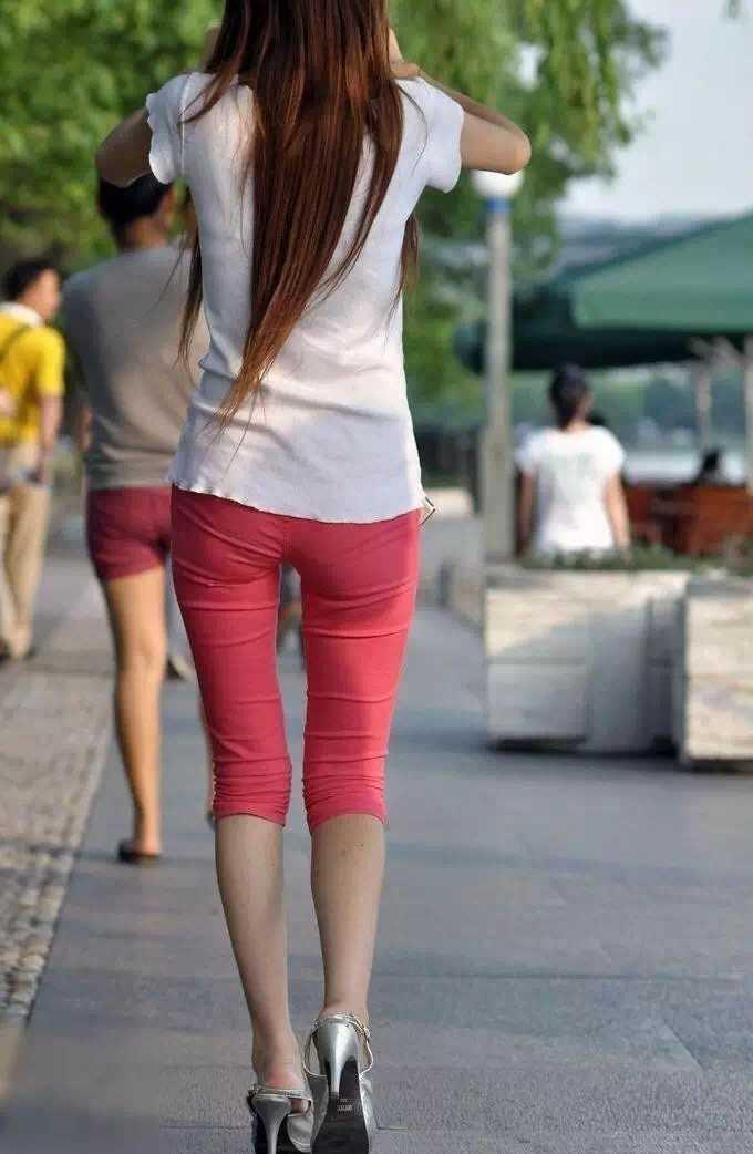 街拍:长腿粉色紧身裤美女