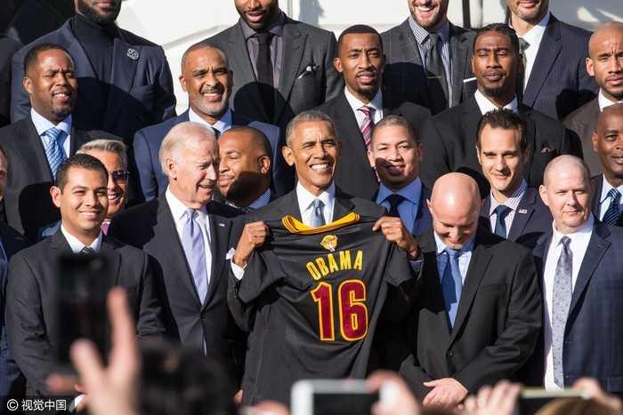 nba总冠军克利夫兰骑士队造访白宫 奥巴马获赠16号球衣