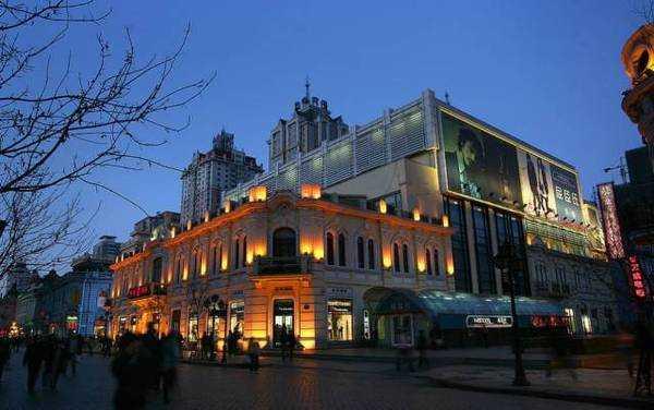 街道旁基本都是百余年的欧式建筑