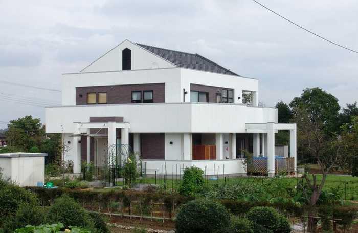 图为:日本农村房子各有特色,风景还不错,村周围比较干净.