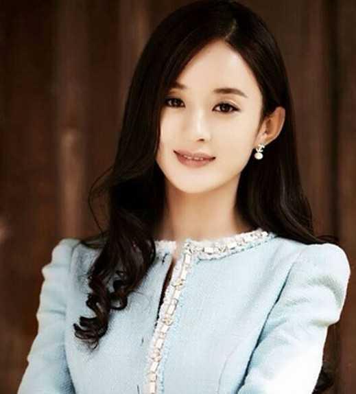 照片中,赵丽颖身穿短版运动背心,动物花纹更显野性气质.