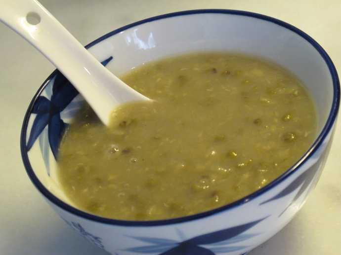 核心提示:绿豆汤具有清热解毒、止渴消暑的功效。绿豆的营养成分比较丰富,是经济价值和营养价值较高的一种豆类。绿豆汤是中国民间传统的解暑佳品。跟着小编去认识一下关于绿豆汤的相关知识吧。 一、煮绿豆汤的方法  1、绿豆先用水浸泡10分钟左右,沥去水分,放入冷冻室,冻成冰块。绿豆浸泡后吸收水分,根据水结成冰体积变大的原理,经过冷冻,把绿豆撑裂。有裂纹的绿豆遇热水后被撑开,所以能很快煮开花。只是简单的物理变化,营养不会流失的。 2、分次加水。先加少量水,将绿豆煮开花,再加大量水,将绿豆汤煮开锅,这样可以缩短绿豆成熟