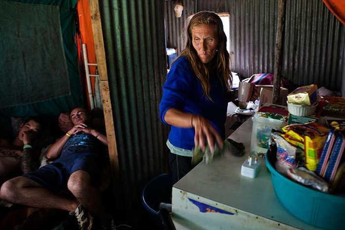 南非白人_直击南非白人贫民窟:缺水缺电缺食物,月生活费264元