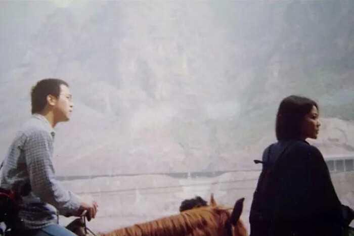 窦唯落骑电动车魄无人理,但他却为两个女儿买了房,而王菲却.