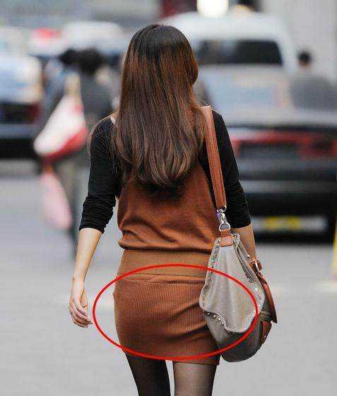 穿着棕色的很有气质,可以说是街头难得看到的性感短裙丝袜美女