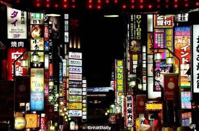 东京都新宿区的歌舞伎町有不少风俗店或者居酒屋拉客,有些会比较难缠